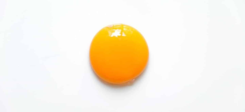Si un huevo tiene un punto rojo, solo retíralo con cuidado con la punta de un cuchillo y esta listo para consumirse.