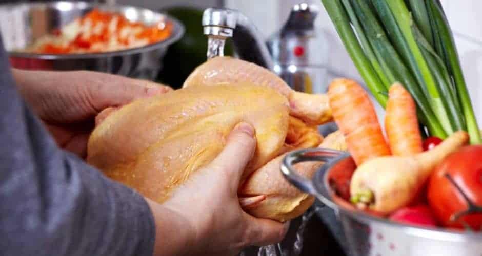 Lavar el pollo crudo antes de cocinarlo podría generar que las bacterias que se encuentran en la carne se puedan propagar a otros utensilios o superficies de la cocina, incluso si están cerca alimentos listos para comerse, podrían verse afectados y contaminarse.
