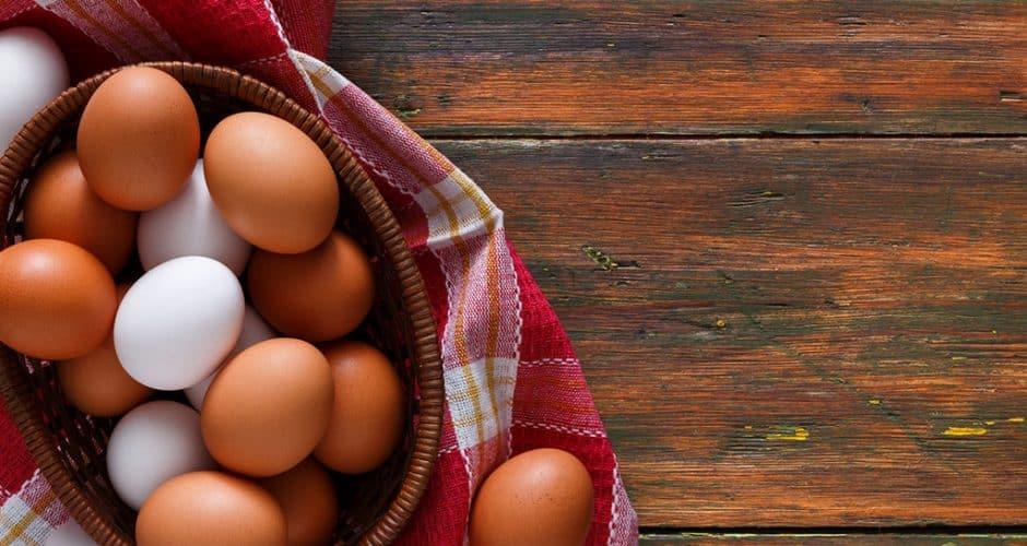 Los huevos blancos y rojos son iguales en sus nutrientes, diferentes en su color