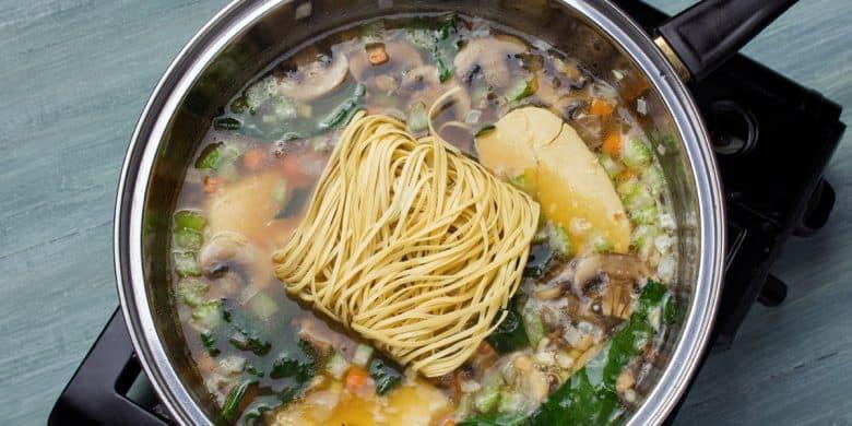 Sopa de fideos orientales con pollo Paso:   3
