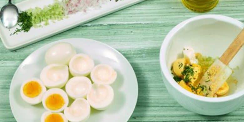 Huevos rellenos en salsa de pimiento Paso:   3