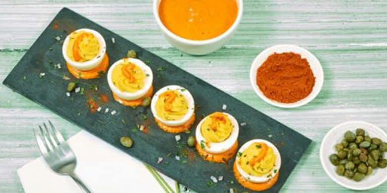 Huevos rellenos en salsa de pimiento Paso:   4