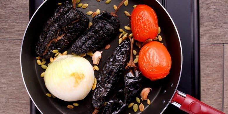 Chilaquiles adobados con huevo estrellado Paso:   1