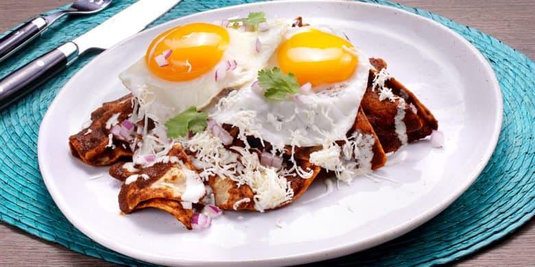 Chilaquiles adobados con huevo estrellado Paso:   4