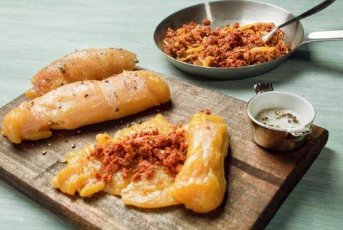 Pechuga de pollo rellena de chorizo en salsa de queso Paso:   2