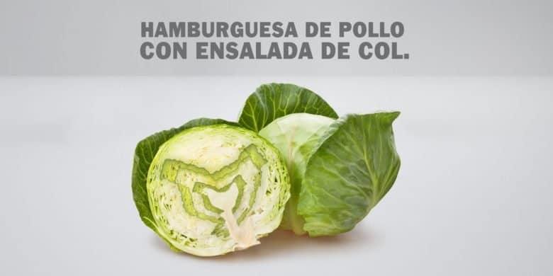 Hamburguesa de pollo con ensalada de col